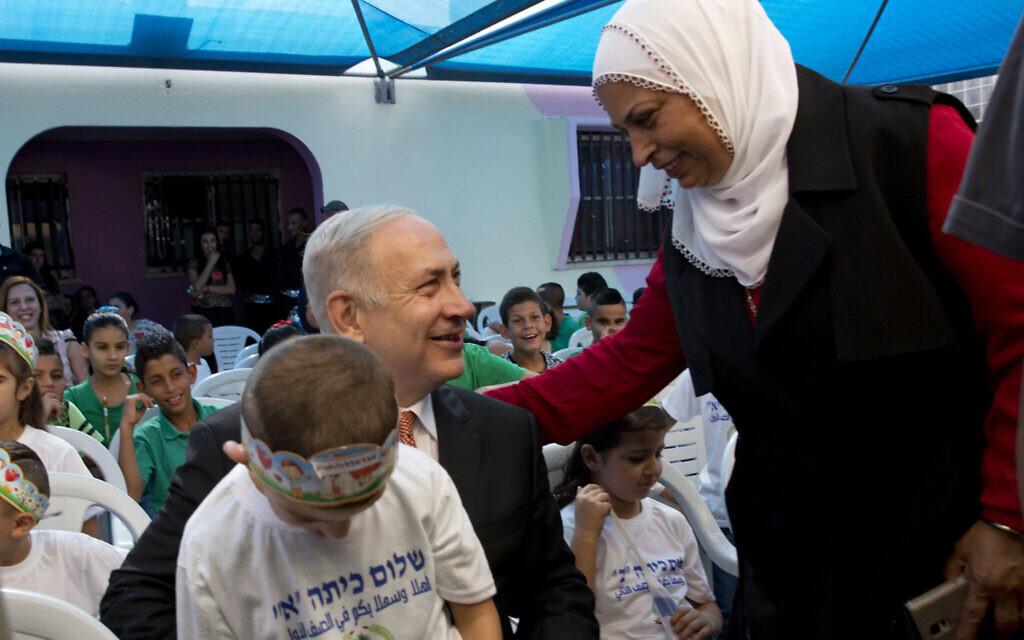 Illustration : Le Premier ministre Benjamin Netanyahu pose pour une photo avec des élèves le premier jour d'école dans la ville arabe israélienne de Tamra, le jeudi 1er septembre 2016. (AP/Sebastian Scheiner)