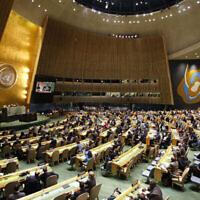 Illustration : L'Assemblée générale de l'ONU avant un vote, le 21 décembre 2017, au siège des Nations unies. (Crédit : Photo AP / Mark Lennihan)