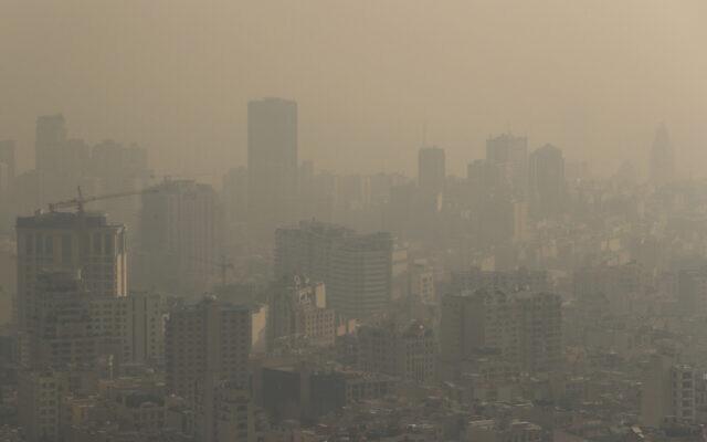Photo d'illustration : Un brouillard épais obscurcit les montagnes voisines à Téhéran, en Iran, le 23 décembre 2019. (Crédit : AP Photo/Ebrahim Noroozi)