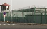 Une tour de garde et une clôture en fil de fer barbelé entourent un centre de détention dans le parc industriel de Kunshan à Artux, dans la région du Xinjiang, en Chine occidentale, le 3 décembre 2018. (Crédit : AP Photo/Ng Han Guan, Dossier)