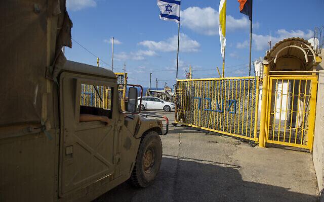 Un soldat israélien ouvre les portes du poste frontière de Rosh Hanikra entre Israël et le Liban dans le nord d'Israël, le 14 octobre 2020. (Ariel Schalit / AP)