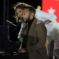 L'artiste John Legend, sa femme Chrissy Teigen et leur fille Luna saluent la foule lors d'un meeting en drive-in avec le candidat démocrate à la vice-présidence Kamala Harris, le 2 novembre 2020 à Philadelphie. (Crédit : AP Photo/Michael Perez)
