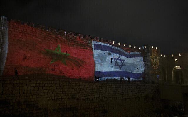 Les drapeaux nationaux d'Israël et du Maroc sont projetés sur les murailles de la Vieille Ville de Jérusalem, le 23 décembre 2020. (AP Photo/Maya Alleruzzo)