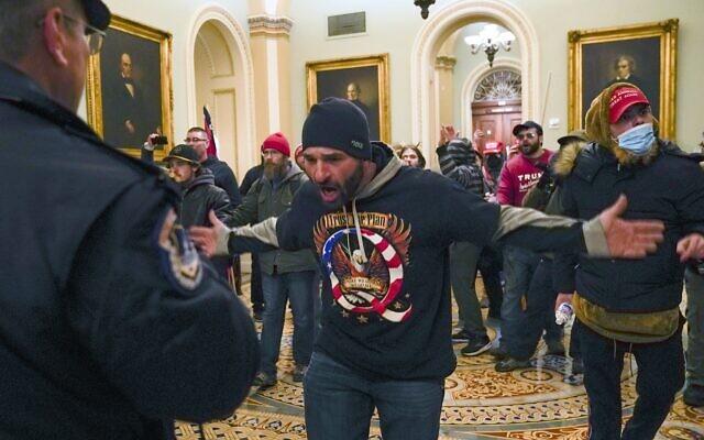 Les partisans de Trump dans le Capitole américain, à Washington, le mercredi 6 janvier 2021. (Crédit : AP Photo / Manuel Balce Ceneta)