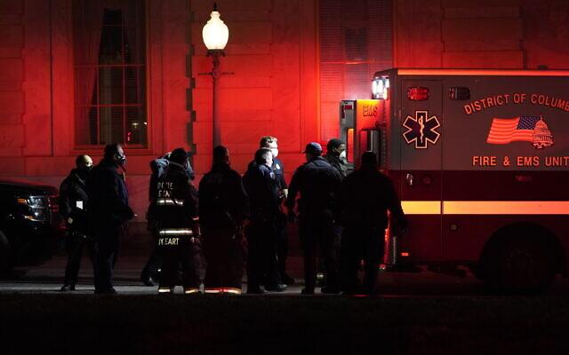 Une personne sur une civière est placée dans une ambulance devant le Capitole américain, le 6 janvier 2021, à Washington. (Crédit : AP / Jacquelyn Martin)