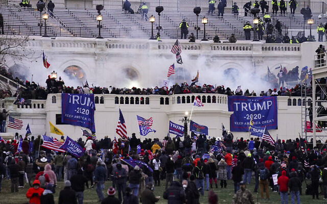 Des manifestants, fidèles au président Donald Trump, prennent d'assaut le Capitole, à Washington, le 6 janvier 2021. (Crédit : AP Photo/John Minchillo)