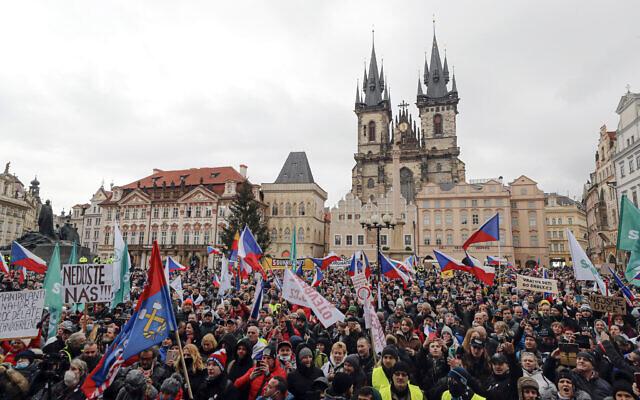 Des manifestants se rassemblent lors d'une manifestation contre les mesures de restriction du gouvernement pour freiner la propagation de COVID-19, à Prague, en République tchèque, le 10 janvier 2021. (Crédit : AP Photo/Petr David Josek)