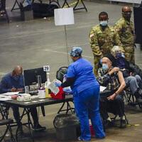 Des personnes âgées sont vaccinées contre le COVID-19 sur un site de vaccination de l'État de New York au Jacob K. Javits Convention Center, le 13 janvier 2021, à New York. (AP/Mary Altaffer)