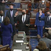 La vice-présidente américaine Kamala Harris fait prêter serment aux sénateurs démocrates Raphael Warnock,, Alex Padilla, , et Jon Ossoff,, au Sénat, le 6 janvier 2021, au Capitole à Washington. (Capture d'écran : Télévision du Sénat via AP)