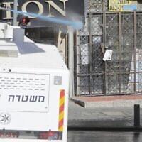 La police israélienne utilise un canon à eau pendant les affrontements survenus en raison de l'ouverture des écoles dans un quartier ultra-orthodoxe de Jérusalem, le 24 janvier 2021. (Crédit : AP Photo/Sebastian Scheiner)