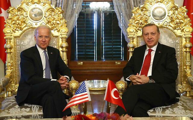 Le vice-président américain de l'époque Joe Biden, (à gauche), pose pour les photographes avec le président turc Recep Tayyip Erdogan, (à droite), avant une rencontre au palais Yildiz Mabeyn à Istanbul, le 23 janvier 2016. (Kayhan Ozer/ Service de presse présidentiel, Pool via AP/File)
