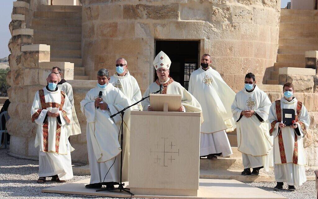 Le père Francesco Patton, Custode en terre sainte, fait la messe le jour du baptême du seigneur, à la chapelle saint Jean-le-Baptiste, sur les rives du Jourdain, le 10 janvier 2021. (Crédit : COGAT)
