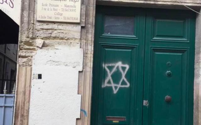 La porte taguée de l'école élémentaire privée Saint François-Régis à Montpellier, le 16 janvier 2021. (Crédit : Hussein Bourgi / Facebook)