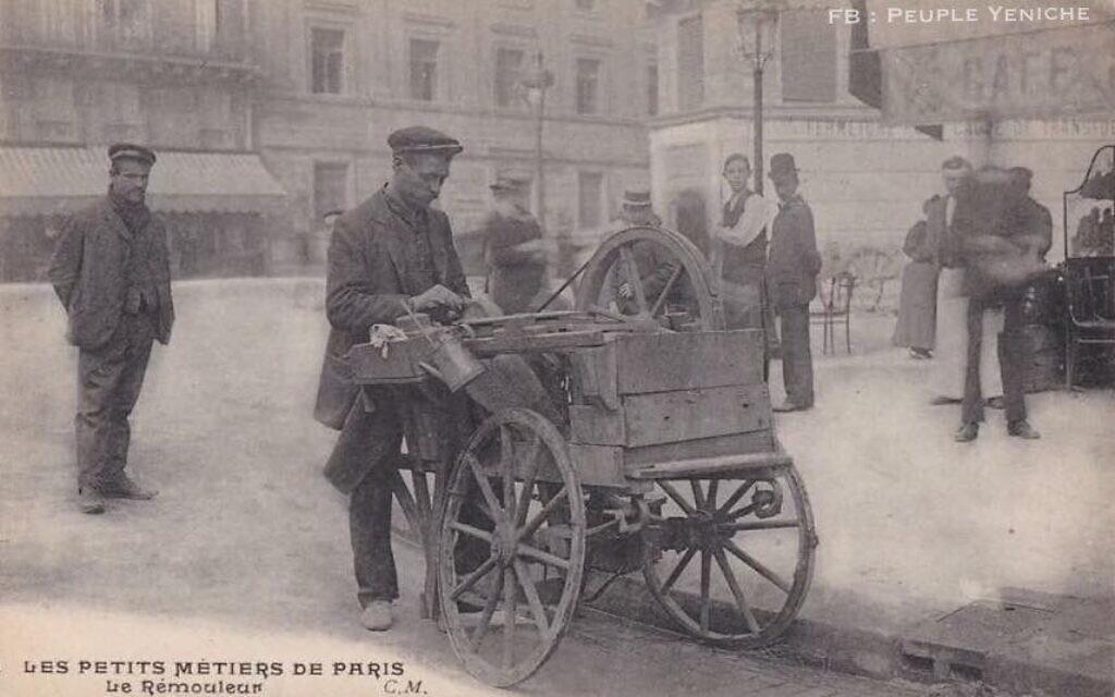Carte postale ancienne montrant Henri Désiré Heugebaert, un Yéniche rémouleur. (Crédit : FB/Peuple Yeniche)