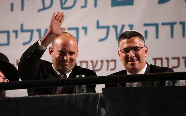 Naftali Bennett (à gauche) et Gideon Saar (à droite) assistent aux célébrations de Yom Yeroushalayim au mur Occidental dans la Vieille Ville de Jérusalem, le 17 mai 2015. (Flash90)