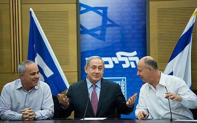Le Premier ministre Benjamin Netanyahu, au centre, avec Yuval Steinitz et Tzachi Hanegbi lors d'une rencontre de faction du Likud à la Knesset, le 27 juillet 2015. (Crédit : Yonatan Sindel/Flash90)