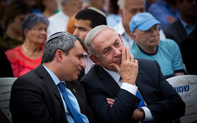 Le Premier ministre Benjamin Netanyahu (à droite) et le ministre Zeev Elkin. (Miriam Alster/Flash90)