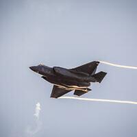 Manœuvres d'un jet F-35 lors d'une cérémonie de remise des diplômes aux pilotes ayant suivi le cours de vol de l'IAF, à la base aérienne de Hatzerim dans le désert du Néguev, le 26 décembre 2018. (Aharon Krohn/Flash90)