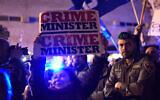 Une femme israélienne brandit une pancarte alors que des manifestants de gauche et de droite sont séparés par la police lors des manifestations de soutien et de protestation contre le Premier ministre Benjamin Netanyahu à Tel Aviv, le 2 mars 2019. (Gili Yaari/Flash90)