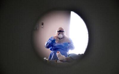 Photo d'illustration : un employé dans l'unité coronavirus du centre médical Soroka, le 15 septembre 2020. (Crédit :  Yossi Zeliger/Flash90)