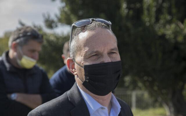 Le ministre de la Science et de la Technologie Izhar Shay est aperçu devant la Knesset, le 23 octobre 2020. (Olivier Fitoussi/Flash90)
