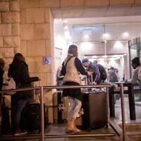 Les voyageurs en provenance d'Angleterre arrivent à l'hôtel Dan Panorama de Jérusalem, utilisé comme centre de quarantaine, le 20 décembre 2020. (Yonatan Sindel / Flash90)