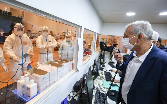 Le responsable de la lutte contre le coronavirus, le professeur Nachman Ash, visite l'unité de prise en charge du coronavirus à l'hôpital Ziv de Safed, dans le nord d'Israël, le 24 décembre 2020. (Crédit :  David Cohen/Flash90)
