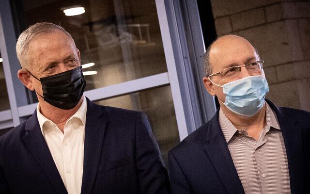 Le Premier ministre d'alternance et ministre de la Défense Benny Gantz, (à gauche), et le ministre de la Justice Avi Nissenkorn en visite à la municipalité de Jérusalem, le 10 novembre 2020. (Yonatan Sindel/Flash90)