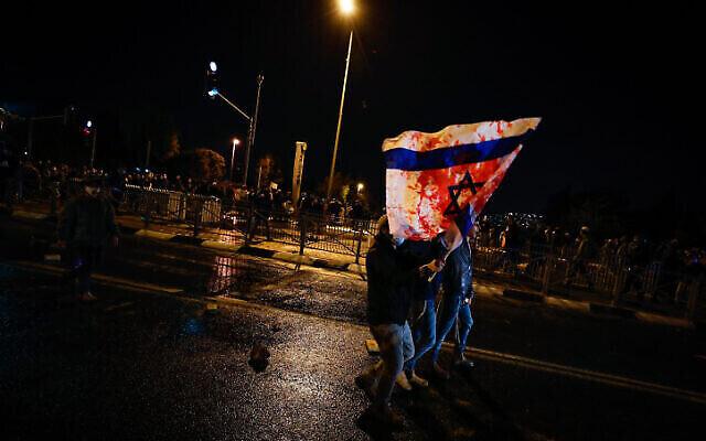 Des personnes protestent contre la mort d'Ahuvia Sandak dans un accident de voiture lors d'une poursuite policière, près du Bureau des enquêtes internes de la police à Jérusalem, le 2 janvier 2021. (Olivier Fitoussi/Flash90)