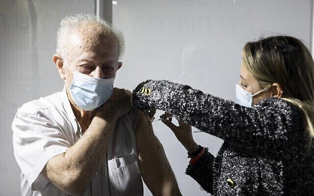 Un homme israélien se fait vacciner contre le coronavirus dans un centre de vaccination Clalit à Jérusalem, le 4 janvier 2021. (Olivier Fitoussi/Flash90)