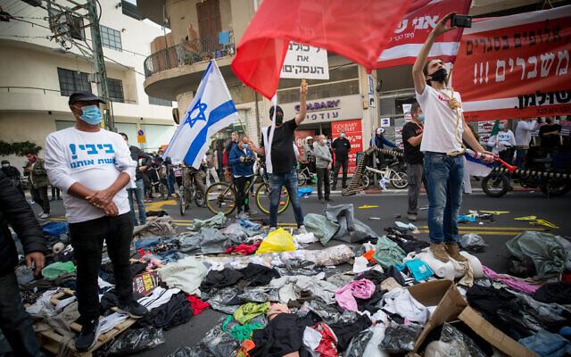 Des propriétaires de petites entreprises israéliennes protestent contre la gestion par le gouvernement de l'épidémie de coronavirus, à Tel Aviv, le 5 janvier 2021. (Miriam Alster/Flash90)