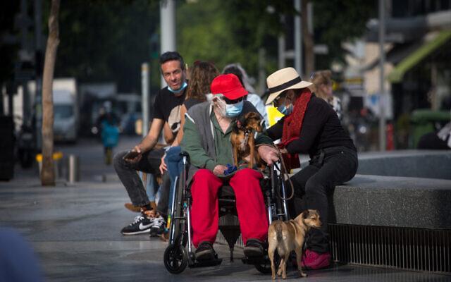 Des gens à Tel Aviv, certains portant des masques protecteurs, le 6 janvier 2021. (Miriam Alster / FLASH90)