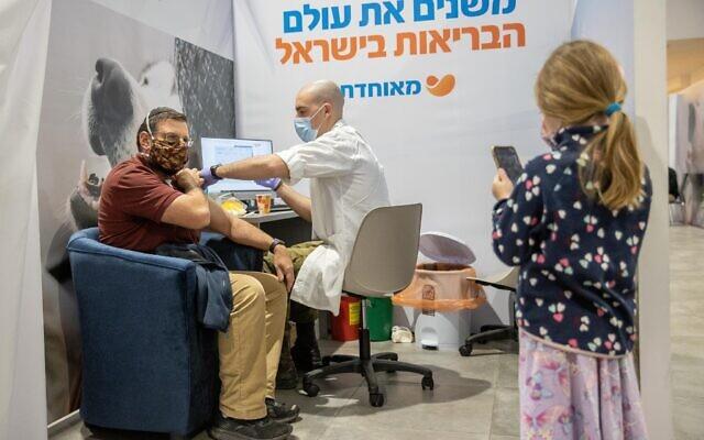 Un homme se fait vacciner dans un centre de la caisse Meuhedet à Jérusalem, le 7 janvier 2021. (Crédit :  Yonatan Sindel/Flash90)
