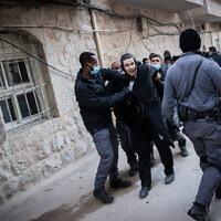 Des policiers se heurtent à des hommes ultra-orthodoxes lors de l'application du règlement d'urgence sur le coronavirus, dans le quartier de Mea Shearim, à Jérusalem, le 14 janvier 2021. (Yonatan Sindel/Flash90)
