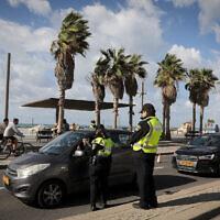 La police à un barrage routier temporaire sur la promenade de la plage de Tel Aviv, lors d'un confinement à l'échelle nationale. Le 16 janvier 2021. (Nati Shohat/Flash90)