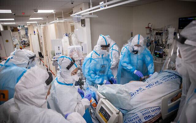 Des membres de l'équipe hospitalière travaillent dans le service coronavirus de l'hôpital Shaare Zedek à Jérusalem, le 19 janvier 2021. (Yonatan Sindel/Flash90)
