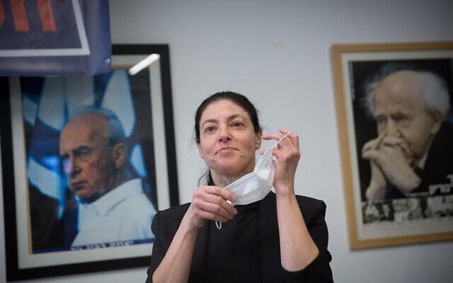 La députée Travailliste Merav Michaeli lors du vote à la tête du parti dans un bureau de vote de Tel Aviv, le 24 janvier 2021. (Crédit : Miriam Alster/ Flash90)