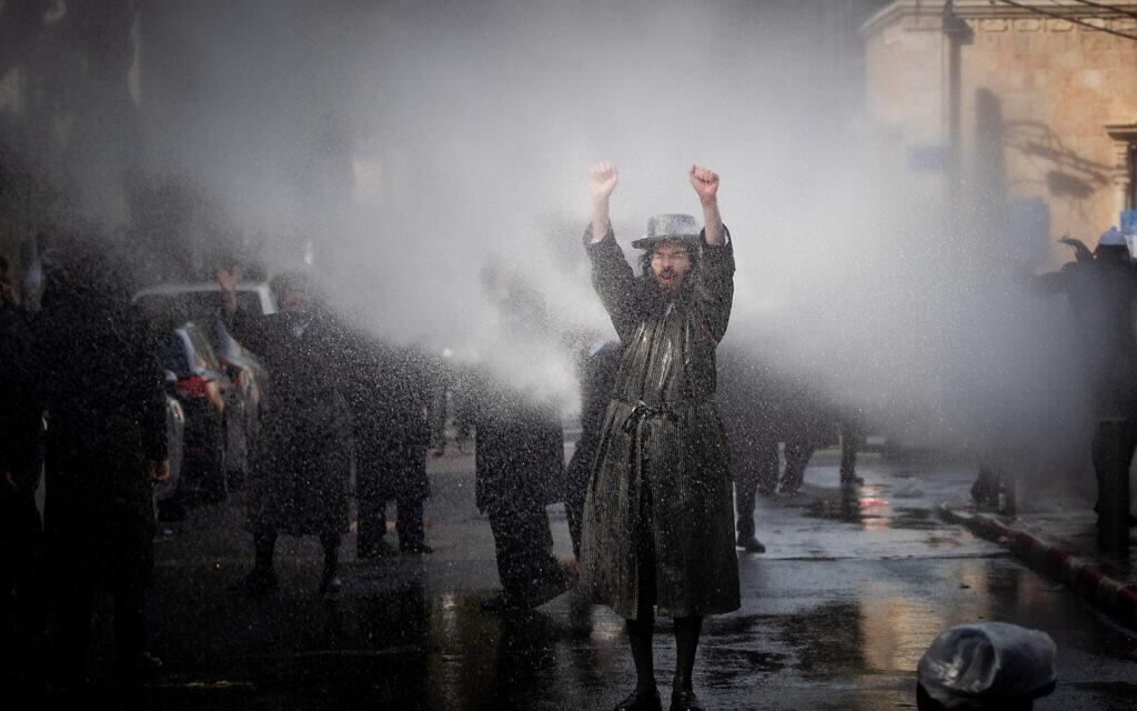 Des affrontements entre des hommes juifs haredim et la police alors qu'elle tente de faire appliquer les restrictions relatives au coronavirus, à Jérusalem, le 26 janvier 2021. (Crédit : Yonatan Sindel / Flash90)