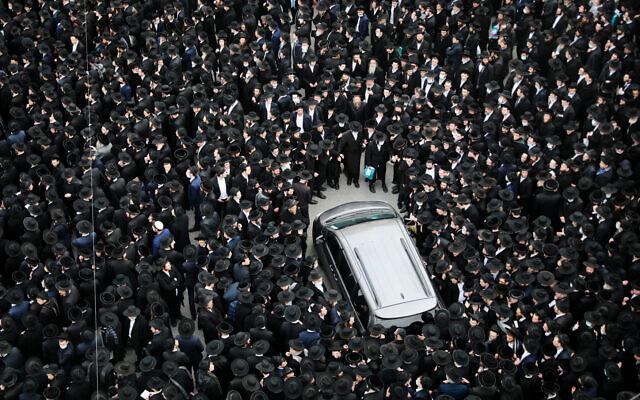 Des milliers d'hommes ultra-orthodoxes assistent aux funérailles de feu le rabbin Meshulam Dovid Soloveitchik à Jérusalem, le 31 janvier 2021. (Crédit : Yonatan Sindel/Flash90)