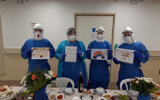 Les personnels médicaux de l'hôpital Soroka avant un seder à Pessah, à Beer Sheva, le 8 avril 2020. (Crédit : ministère de la Santé)