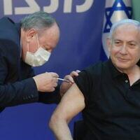 Le Premier ministre Benjamin Netanyahu reçoit son deuxième vaccin contre le coronavirus de Pfizer-BioNTech au Sheba Medical Center de Ramat Gan, le 9 janvier 2021. (Crédit : Amos Ben-Gershom / GPO)