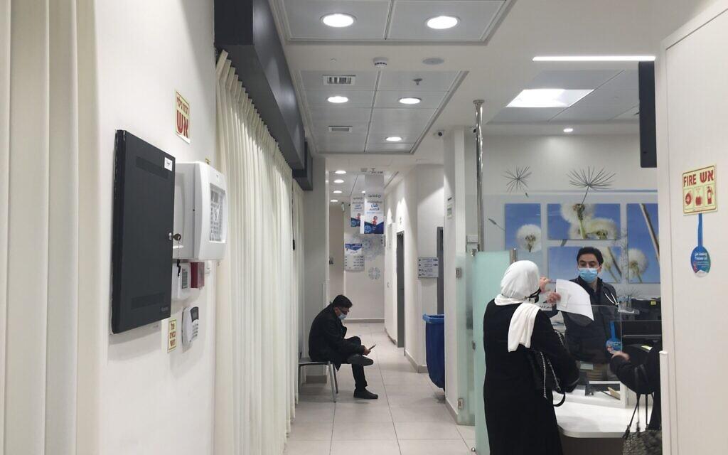 Un centre de vaccination contre le coronavirus relativement vide à Beit Hanina, Jérusalem-Est, le 5 janvier 2021. (Aaron Boxerman/The Times of Israel)