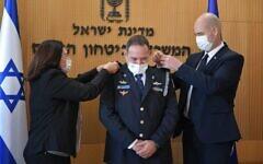 Kobi Shabtai, au centre, désigné nouveau commissaire de police reçoit son titre du ministre de la Défense Amir Ohana, à droite, le 17 janvier 2020. (Crédit : Police israélienne)