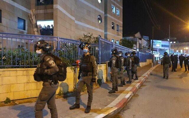 La police fait fonctionner le confinement à Bnei Brak, le 21 janvier 2020. (Crédit : Police israélienne)