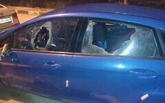 Des fenêtres cassées sur une voiture palestinienne qui aurait été prise pour cible par des pierres lancées par des habitants d'implantation à proximité de l'avant-poste de Givat Assaf,  en Cisjordanie, le 21 janvier 2021. (Crédit : Yesh Din)