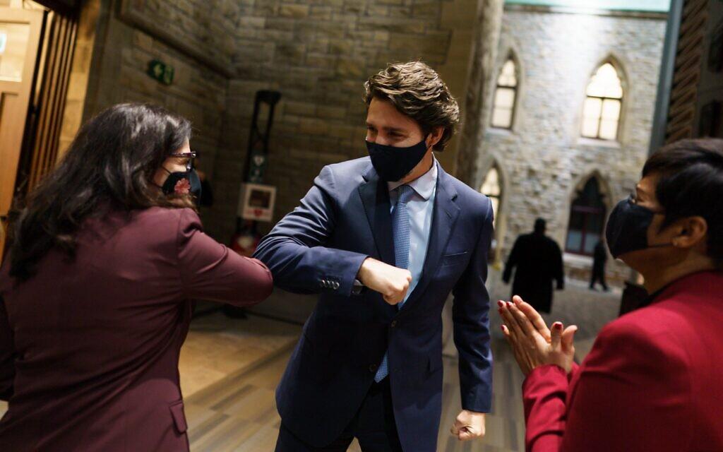 La députée nouvellement assermentée Yaara Saks salue le Premier ministre canadien Justin Trudeau dans l'antichambre avant d'être présentée à la Chambre des communes, à Ottawa, Canada, le 25 novembre 2020. (Autorisation)