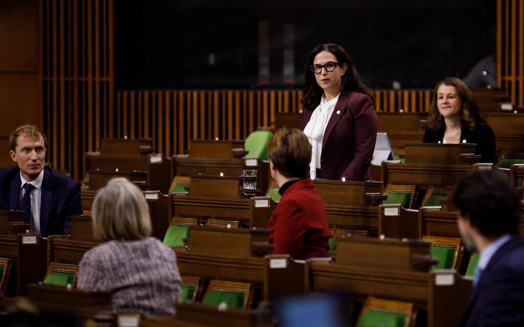 La députée Yaara Saks pose une question au Premier ministre canadien Justin Trudeau lors de la période des questions à la Chambre des communes, dans l'Edifice de l'Ouest du Parlement, à Ottawa, au Canada, le 25 novembre 2020. (Autorisation)
