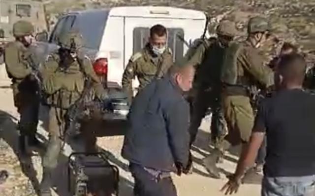 Des Palestiniens opposés à des soldats israéliens à l'extérieur d'al-Tuwani en Cisjordanie, le 1er janvier 2021. (Capture d'écran)