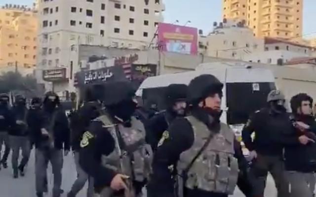 Les forces de sécurité de l'Autorité palestinienne entrent dans le quartier de Kafr Aqab à Jérusalem-Est suite à un triple homicide le 2 janvier 2021 (Capture d'écran)