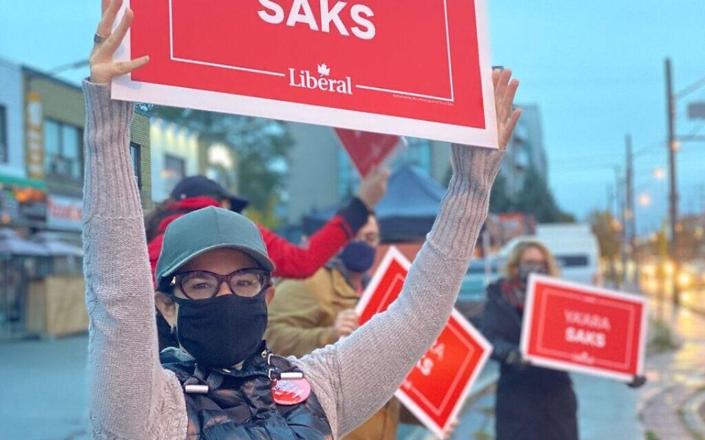 La candidate de l'époque, Yaara Saks, fait campagne aux côtés de volontaires pour l'élection partielle visant à représenter le district de York Centre au Parlement canadien, le 19 octobre 2020. (Autorisation)